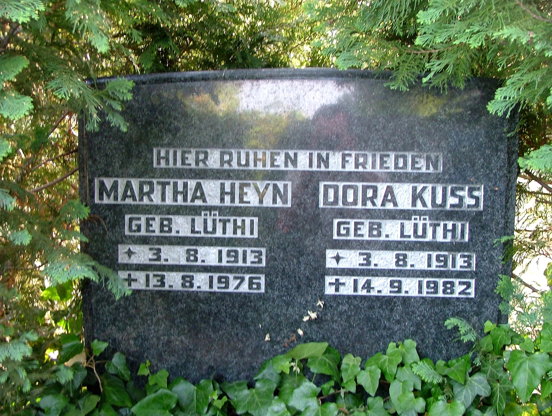 Grabstein der Zwillinge Martha und Dora LÜTHI. Aufgenommen in Rehfelde, 2009.