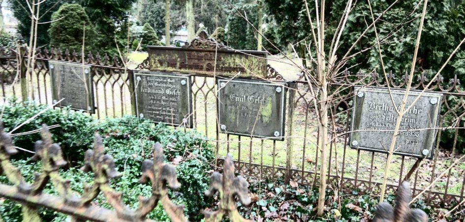 Familiengrab Seltenheim Gesche Bahnemann Dürrenfeld 945x452 - Seltenheim, Märkisch-Oderland, Gutsbesitzer, Gesche, Eigenthümer, Dürrenfeld, Brandenburg, Bahnemann, Altglietzen, 1941, 1935, 1883, 1880, 1861, 1855, 1793